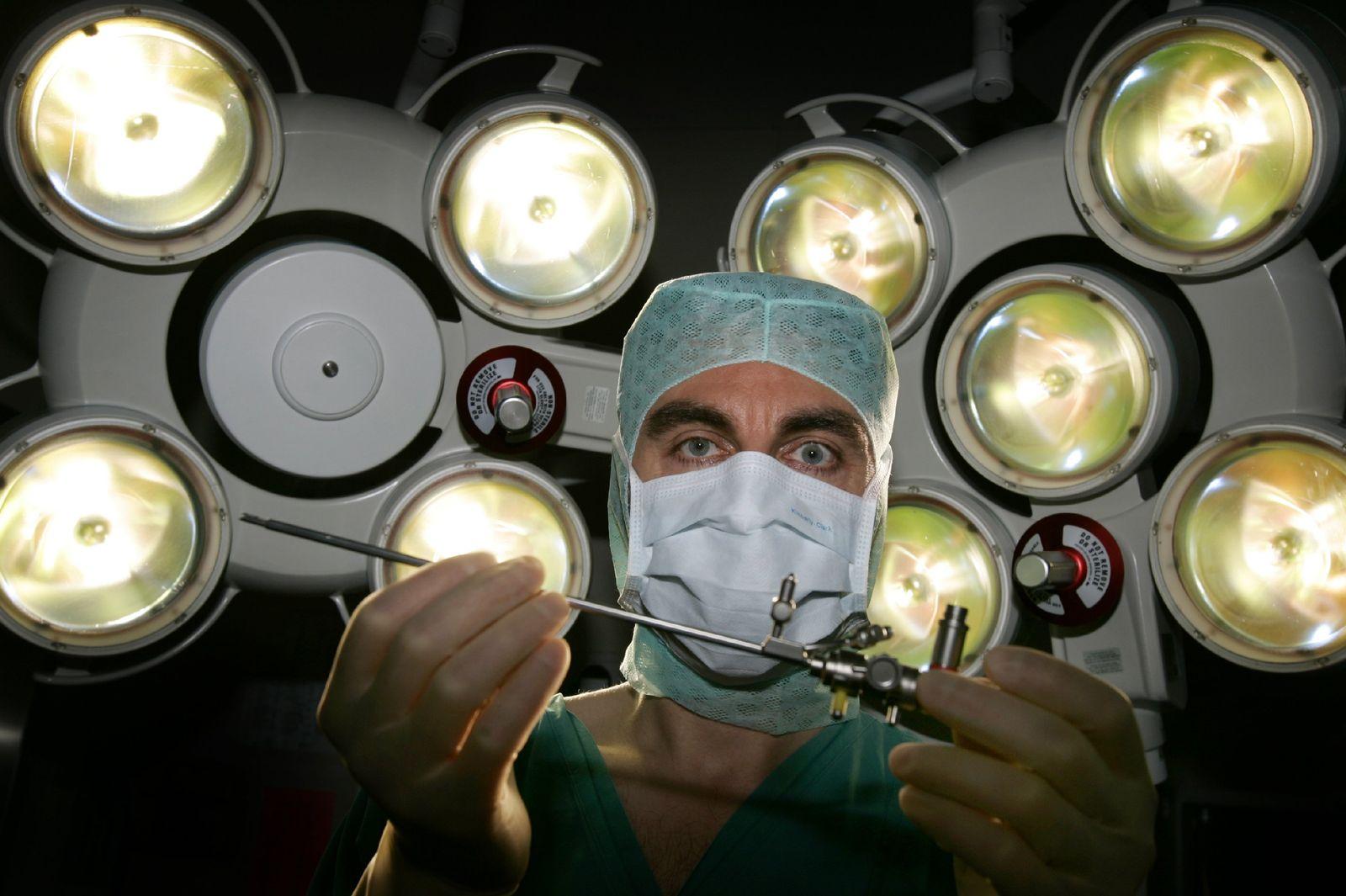 AUCH FÜR SPAM Facharzt operiert ungeborene Kinder im Mutterleib