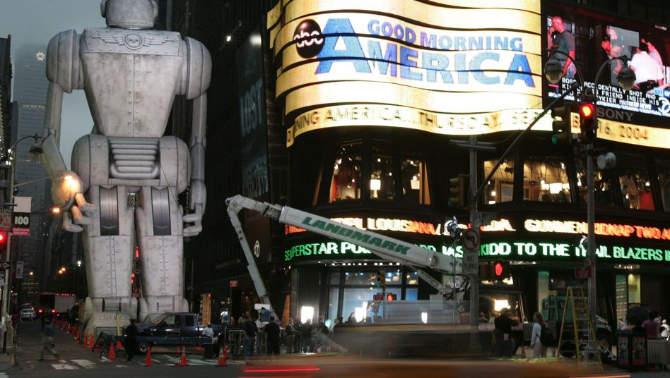 """Roboterfigur am New Yorker Times Square (Werbung für den Film """"Sky Captain and the World of Tomorrow"""")"""