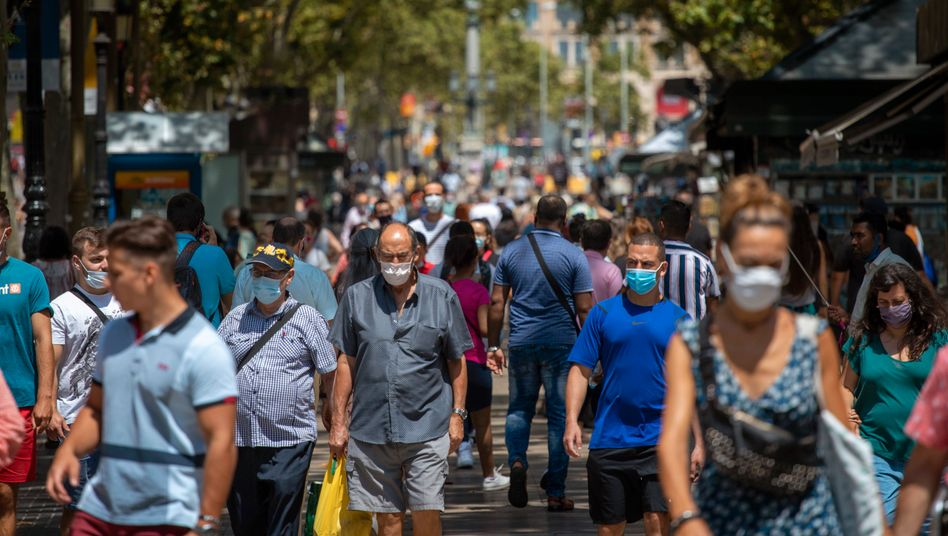 Menschen spazieren auf den Ramblas in Barcelona: Besonders Spanien gibt Anlass zur Sorge