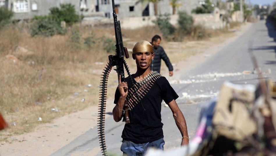 Regierungstreuer Kämpfer während Kämpfen südlich der Hauptstadt Tripolis