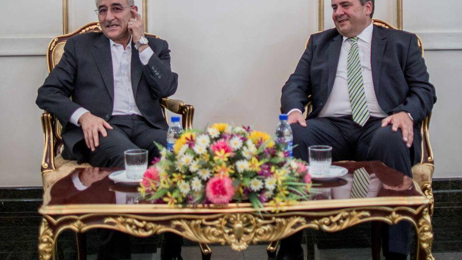 Iran-Besuch: Bundeswirtschaftsminister Sigmar Gabriel (SPD) spricht am Flughafen in Teheran mit dem Vize-Ölminister Amir Hossein Zamaninia