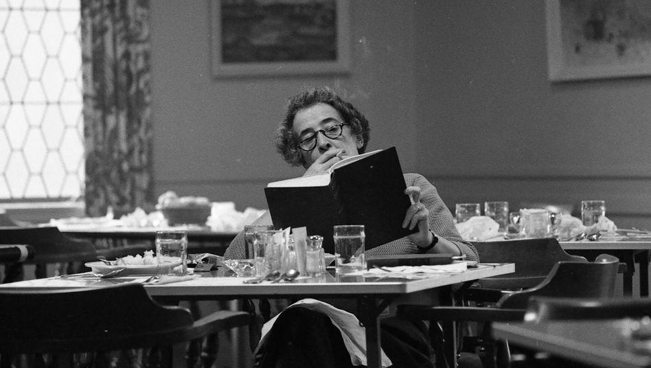 """Hannah Arendt Anfang der Sechzigerjahre: """"Das [...] was mir spezifisch deutsch scheint, ist diese geradezu verrückte Idealisierung des Gehorsams"""""""