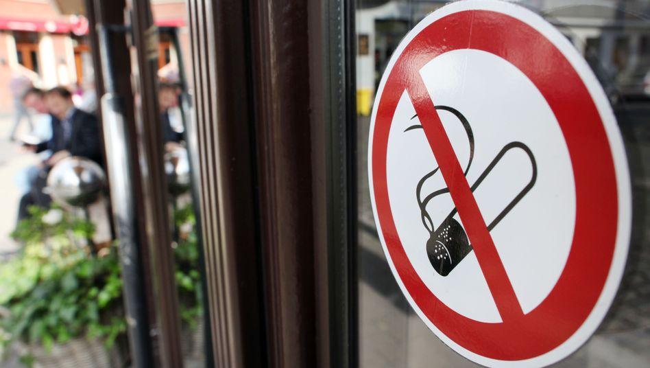 Nichtraucher-Aufkleber in der Altstadt von Düsseldorf