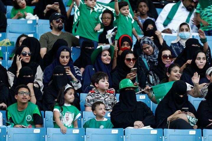 Frauen im Stadion von Riad