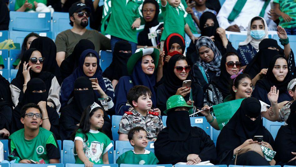 Familien in einem Stadion in Riad anlässlich des saudi-arabischen Nationalfeiertags (Archiv)