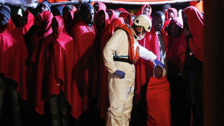 Migranten auf einem Rettungsboot in Malaga