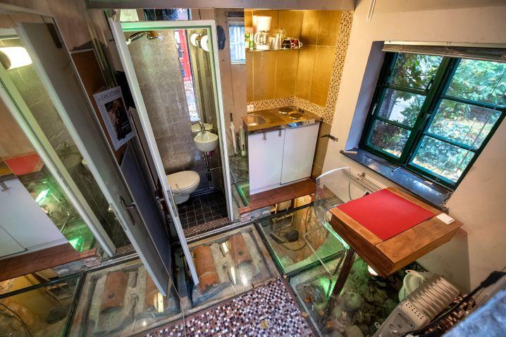 Das kleine Haus ist mit WC, Dusche, Herdplatte und Schlafnische ausgestattet