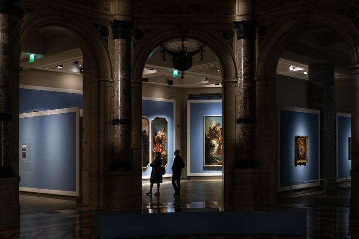 Besucher im Museum »Galleria D'Italia« in Mailand
