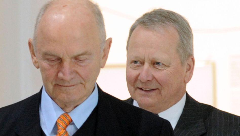 """Ferdinand Piëch (l.) und Wolfgang Porsche (Archivbild): """"Kriminelle Methoden"""""""