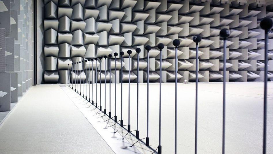 Simulierte SimulierteFahrgeräusche Fahrgeräusche In der schallisolierten Prüf-anlage von BMW zeichnen Mikrofone den Klang des Vorbeirauschens auf. Im Wind flötende Außenspiegel bereiten den Akustikern oft Mühe. In der schallisolierten Prüf-anlage von BMW zeichnen Mikrofone den Klang des Vorbeirauschens auf. Im Wind flötende Außenspiegel bereiten den Akustikern oft Mühe.