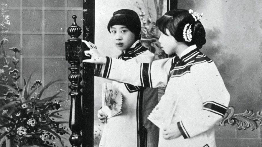 Traditionell: Eine Chinesin in Tracht vor einem Spiegel während der deutschen Kolonialzeit in Tsingtau. Alle Bilder in diesem Artikel stammen aus der Sammlung des Bundesarchivs.