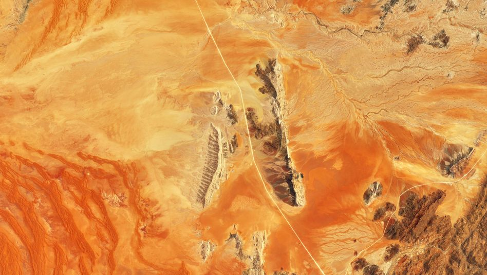 Ragen aus dem Sand hervor: Felsformationen am Ostrand der Wüste Namib