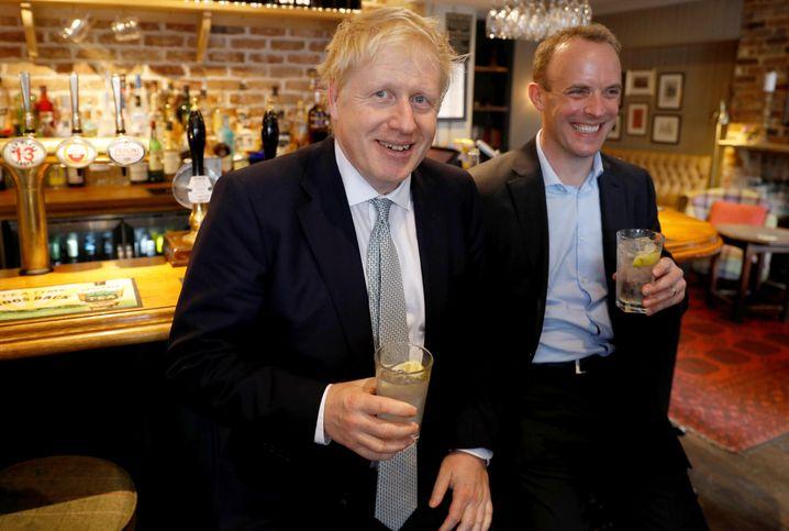 """Boris Johnson - zeitweise sein Konkurrent, jetzt sein Chef. Und """"ein Freund"""", schrieb Dominic Raab in Genesungswünschen"""