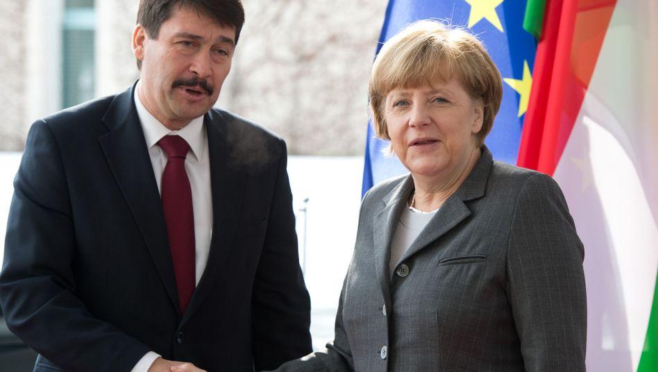 Merkel und Áder in Berlin: Kritik am Parlamentsbeschluss