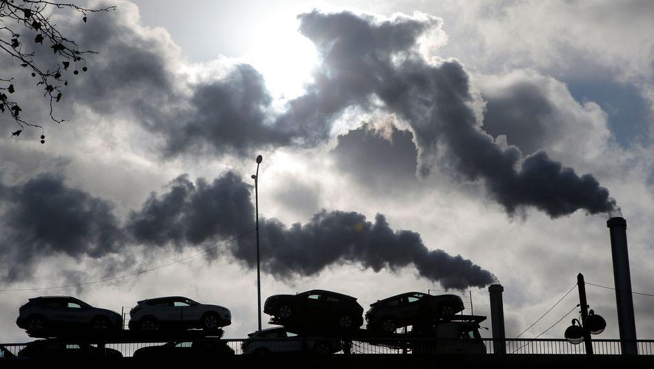 Rauch steigt über einer Fabrik in Paris auf: Die französische Regierung muss Maßnahmen gegen die Klimakrise nachweisen