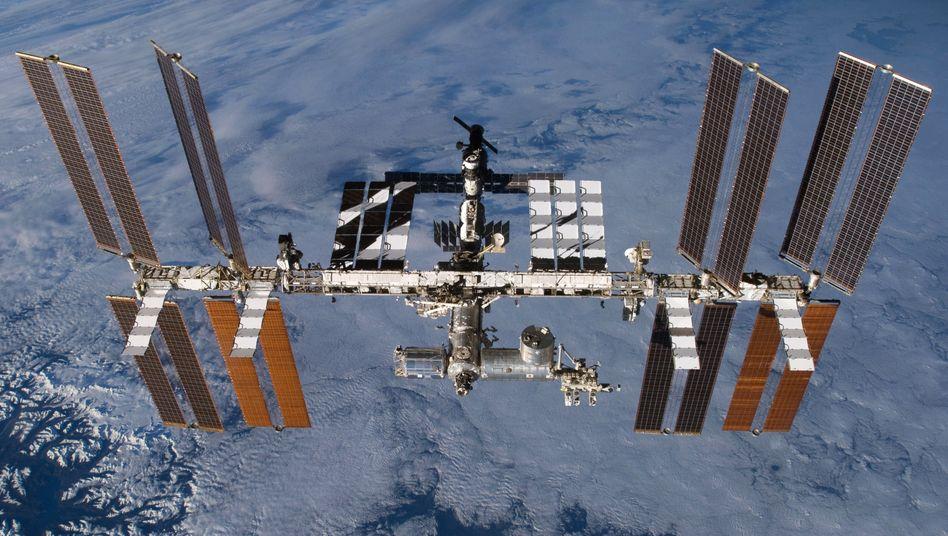 Aufnahme der Internationalen Raumstation (ISS) mit dem angedockten europäischen Wissenschaftslabor Columbus