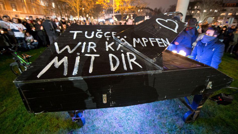 Gedenken vor dem Klinikum Offenbach: Tausende sind gekommen