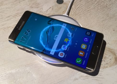 Samsung Galaxy S6 edge+ mit drahtloser Ladestation