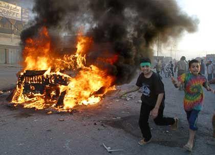 Sadr-City: Aktivisten der Mahdi-Armee stecken ein US-Fahrzeug an