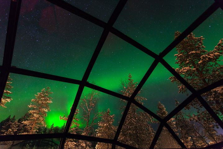 Iglu mit Aussicht: Nordlichter über dem Bett