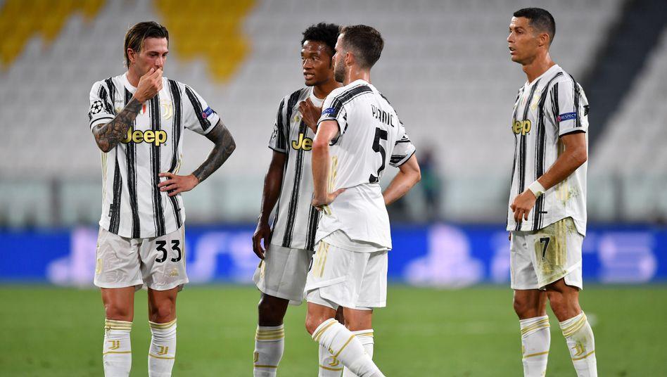 Cristiano Ronaldo (r.) trifft gegen Lyon doppelt - und scheidet mit Juve aus der Champions League aus