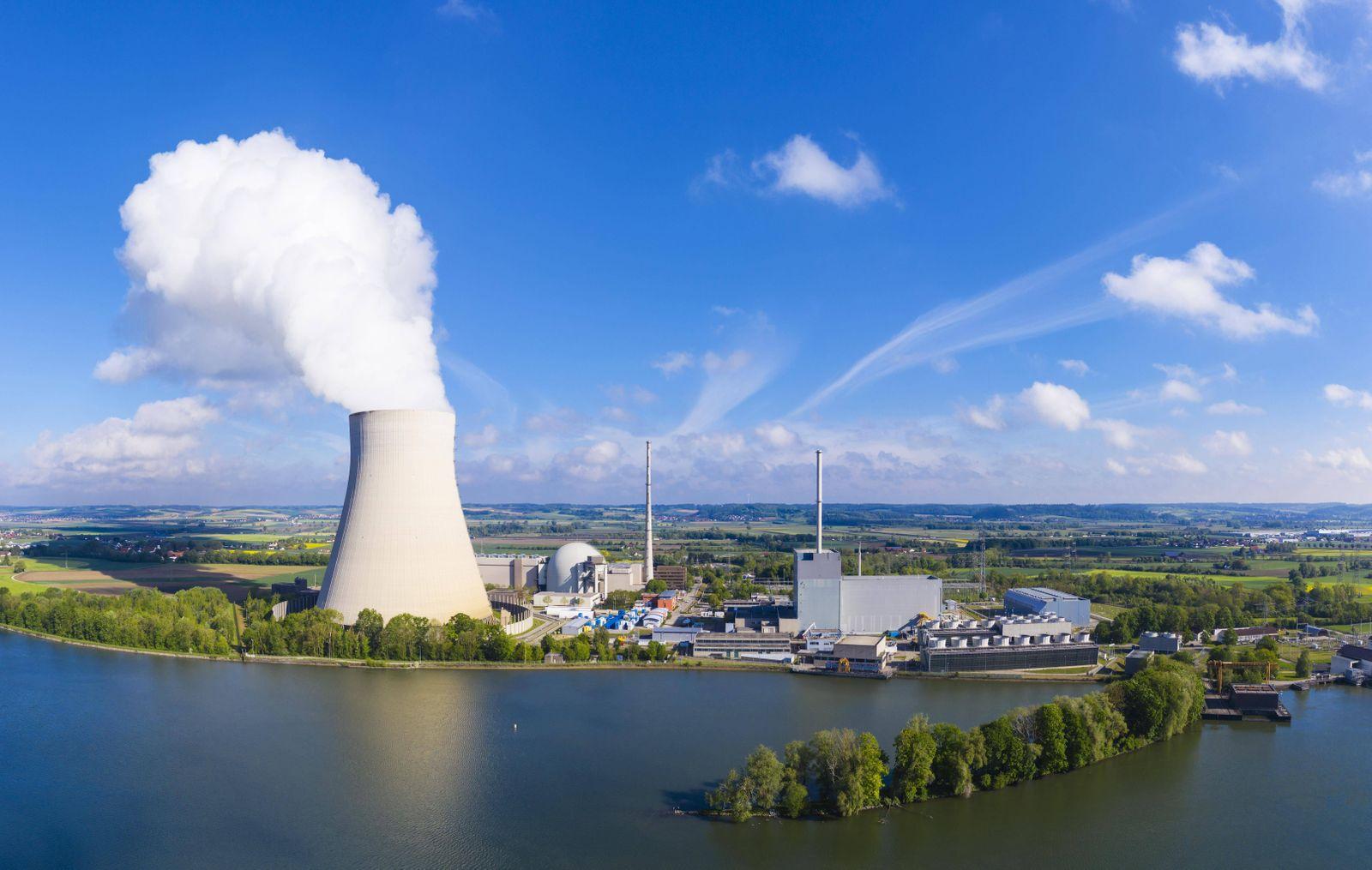 Kernkraftwerk Isar I und Isar II am Stausee Niederaichbach Isar bei Landshut Niederbayern Bayern