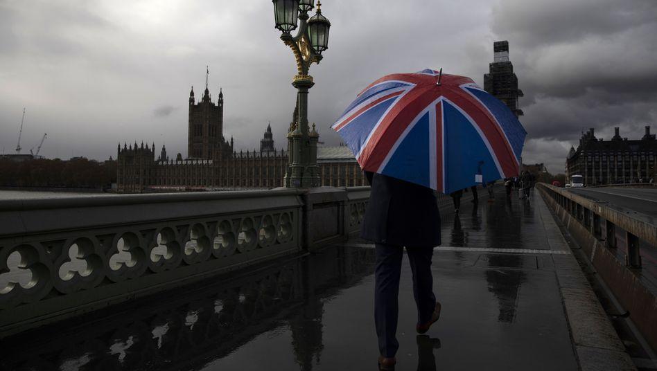Mann mit Schirm in London