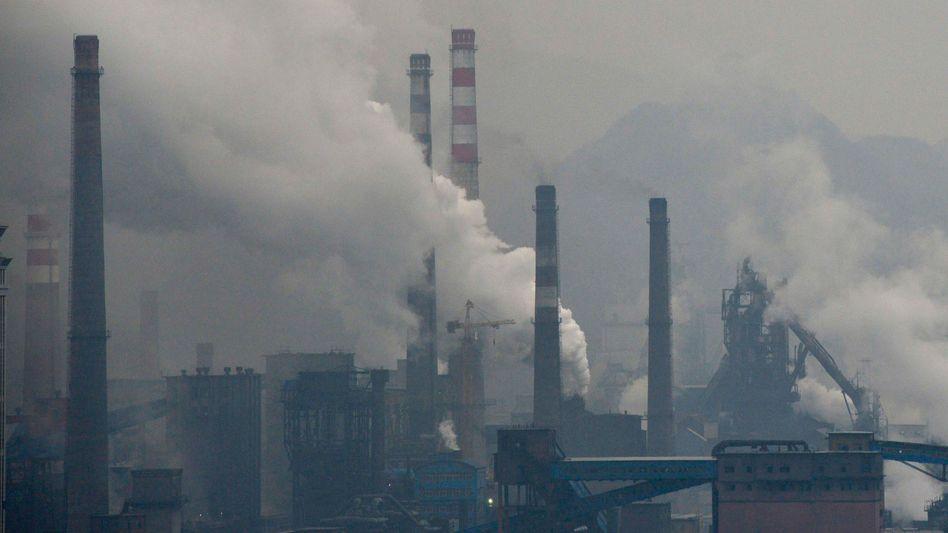 Stahlfabrik in China Anfang November: Rauchende Schlote, dreckige Luft