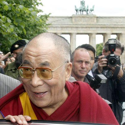"""Der Dalai Lama vor dem Hotel Adlon in Berlin: """"Das ist deutsche Politik"""""""