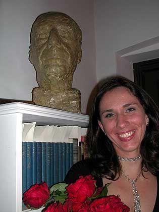 Susanne Kessler vor einer Toch-Büste: Die Villa Aurora ist heute Kulturzentrum und temporäre Arbeitsstätte für Stipendiaten