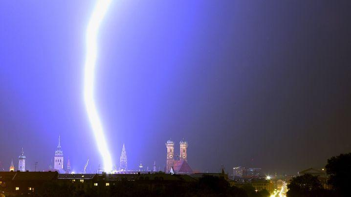 Unwetter in Deutschland: Starkstromfackeln am Himmel