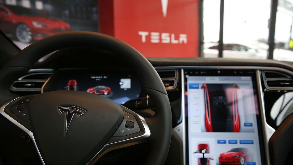 Innenraum eines Teslas (Archivbild): Über die sogenannte Media Control Unit des Elektroautos lassen sich verschiedene Webdienste nutzen