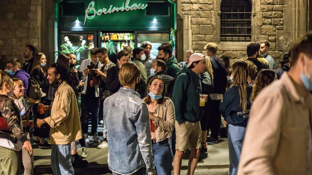 Junge Menschen beim Feiern in Barcelona
