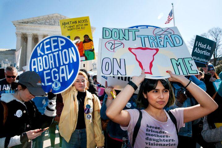 Demonstrantinnen protestieren im März in Texas. Sie fordern ein Recht auf Abtreibung