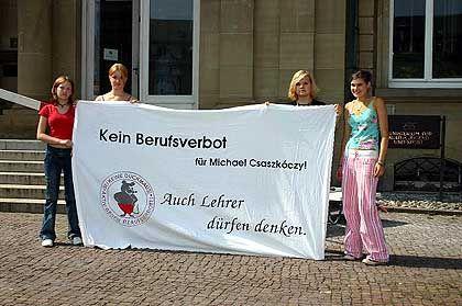 """""""Für Micha"""": Vier Schülerinnen zwischen 15 und 17 Jahren demonstrierten vor dem Kultusministerium in Stuttgart"""