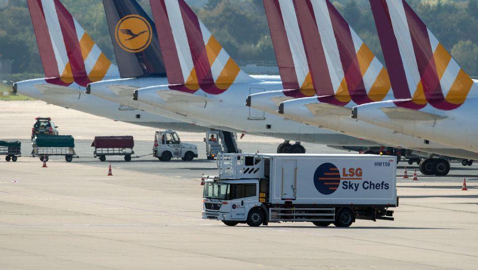 Laster der Sky Chefs am Flughafen Düsseldorf (Archiv)