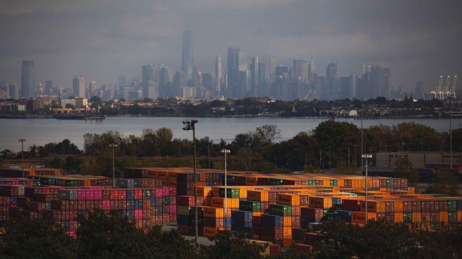 Containerterminal im Hafen von New York City