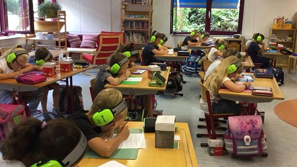 Konzentriert und störungsfrei: Grundschüler in Bellenberg bei der Stillarbeit mit Gehörschutz