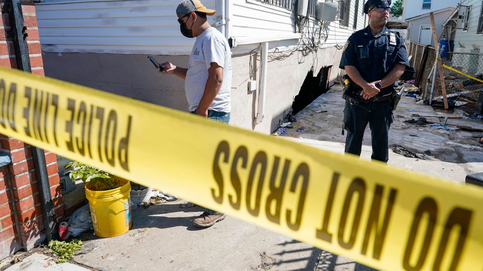 Im New Yorker Stadtteil Queens sichert die Polizei ein Gebäude, in dessen Keller mehrere Menschen in den Regenfluten ertranken