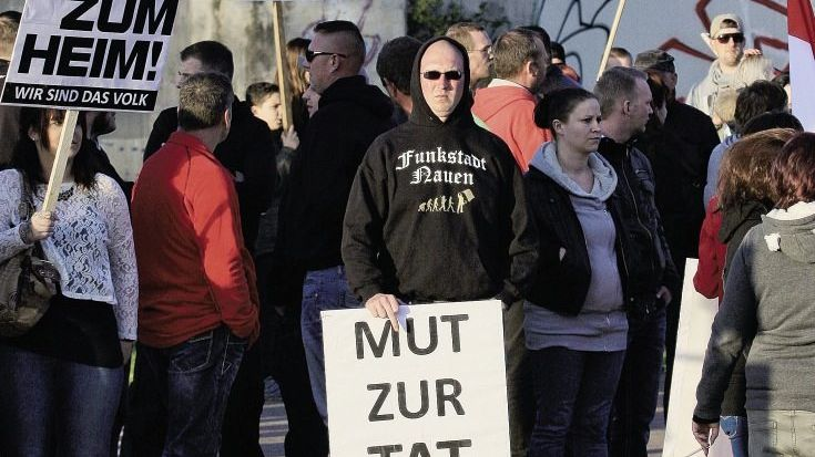 Demonstrierende Neonazis: »Liebe Asylantenfreunde – bis bald!«