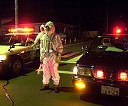 Polizist im Strahlenschutzanzug
