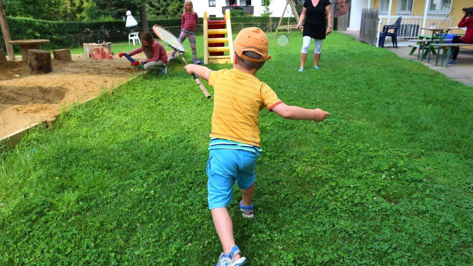 Ein Junge spielt im Garten des Familien&KindHauses in Bad Wörishofen
