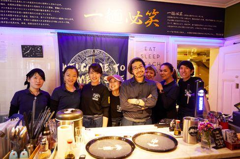 Kiyotaka Kanemaki (5. v.l.) und sein Team von der Takumi Ramen Station