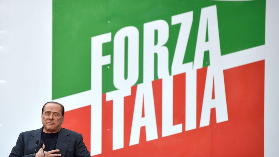 """Berlusconi auf der Kundgebung vor seiner Residenz: """"Ich gebe nicht auf"""""""