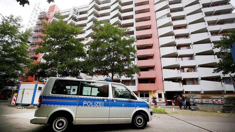 Polizeieinsatz am Wohnhaus der Angeklagten (Archivbild vom Juni 2018)