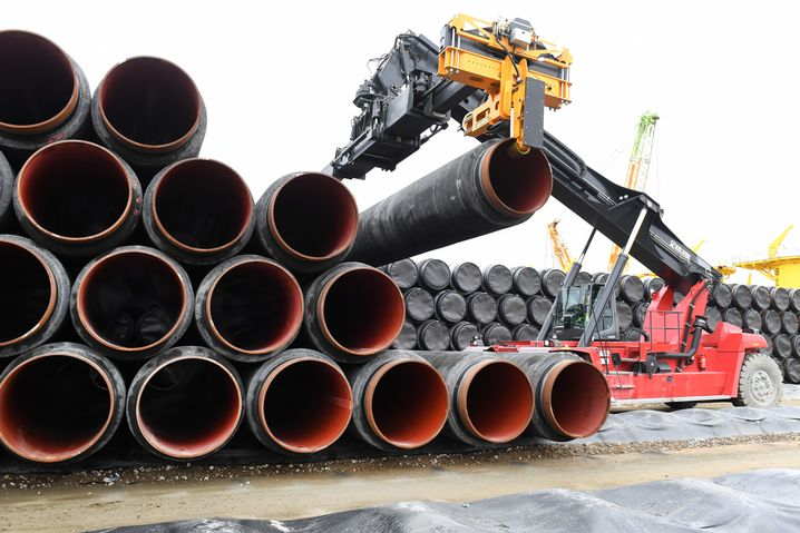 Rohre für die Ostsee-Gaspipeline im Hamburger Hafen