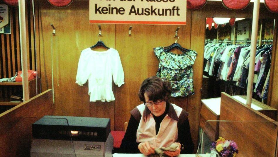 »Exquisit« heißen die Läden, in denen hochwertige Kleidung und Kosmetika verkauft werden. Einladend sind die Geschäfte aber nicht unbedingt, wie hier 1980 in Ostberlin.