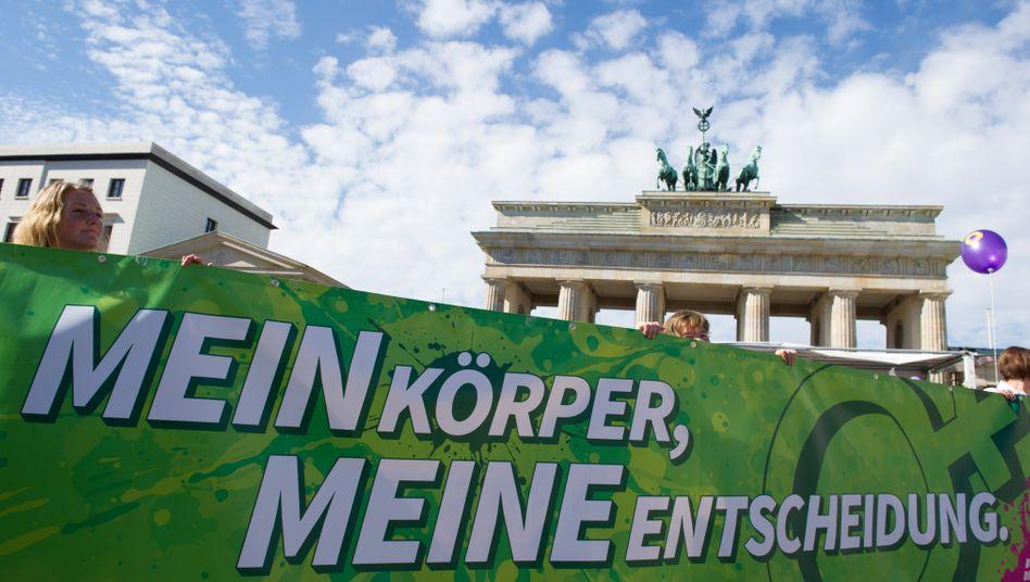 »Mein Körper, meine Entscheidung« steht auf einem Transparent während einer Demonstration vor dem Brandenburger Tor in Berlin