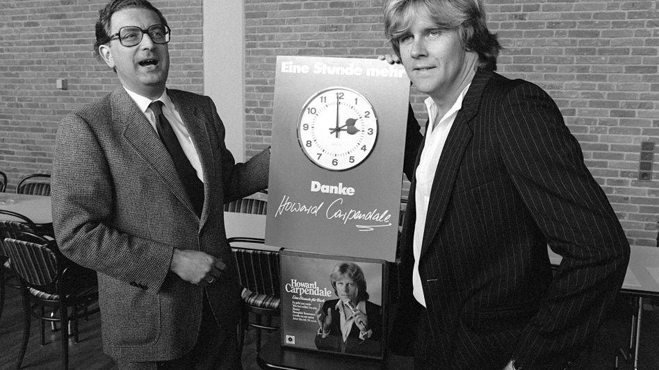 Howard Carpendale (r.) mit dem ehemaligen Bundesinnenminister bei der Zeitumstellung im Jahr 1980