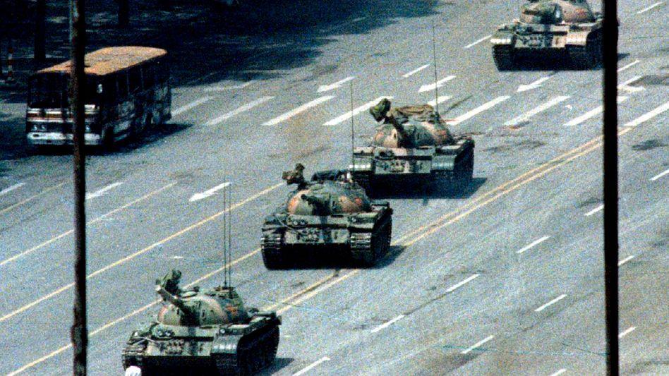 """Der """"Tank Man"""" - hier in der Version von Reuters"""